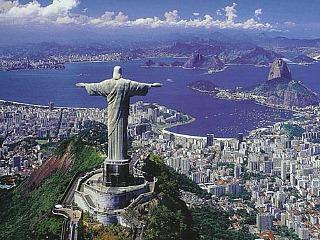 Het Christus beeld kijkt uit over Rio