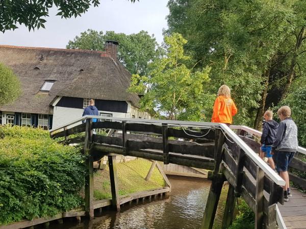 Eén van de vele bruggetjes in Giethoorn