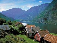 Huisjes aan een Noors fjord