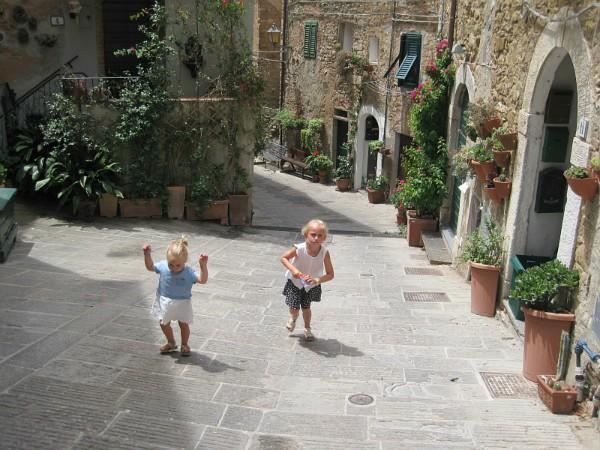 Kids lopen door de straatjes van Campiglia Marittima
