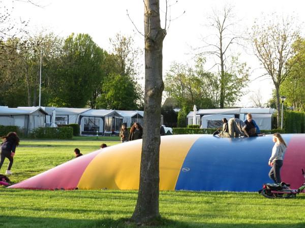 Plezier op de airtrampoline op camping Scheldeoord
