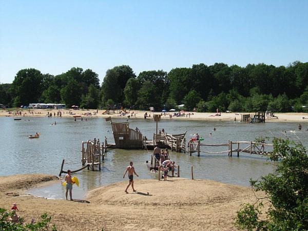 Veel waterplezier op de speeltoestellen in de recreatieplas van Camping Witterzomer
