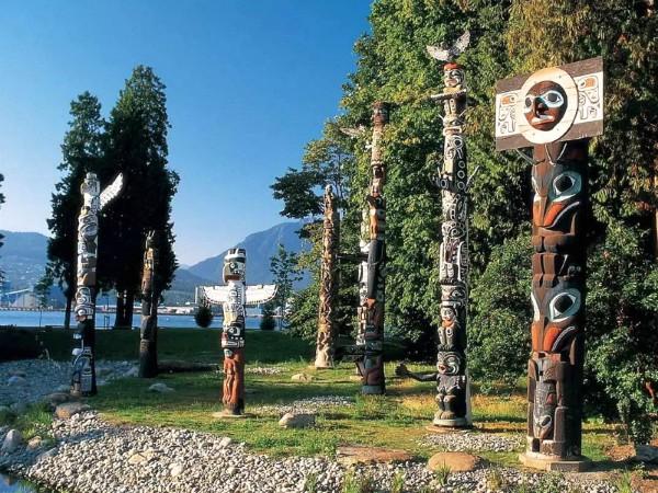 Totempalen in de prachtige Canadese natuur