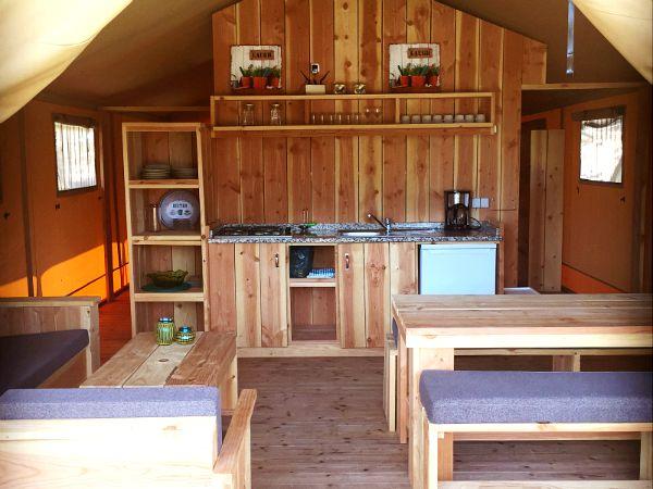 Interieur van de luxe safaritent cascalhal