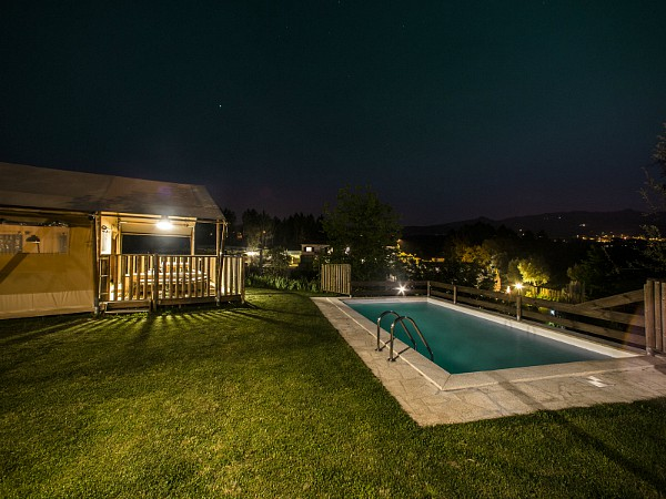 safarilodge met prive zwembad by night