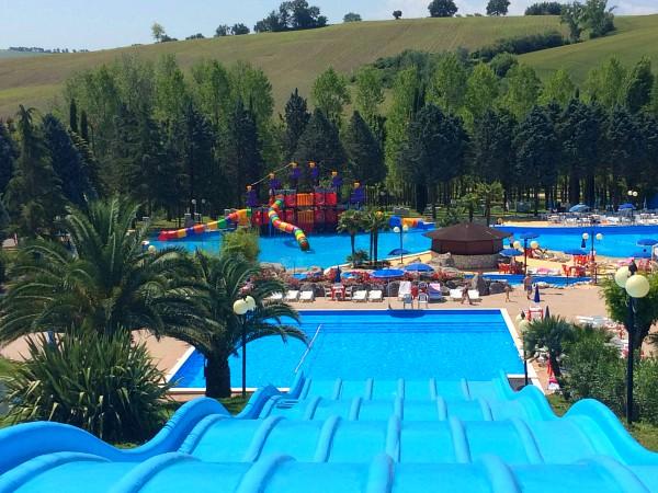 zwembad Centro Vacanze Verde Azzurro in La Marche