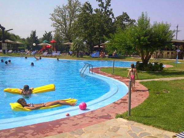 Kids liggen op luchtbed in het zwembad