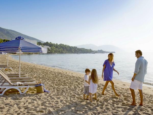 Gezin op het witte strand van Club Med Gregolimano