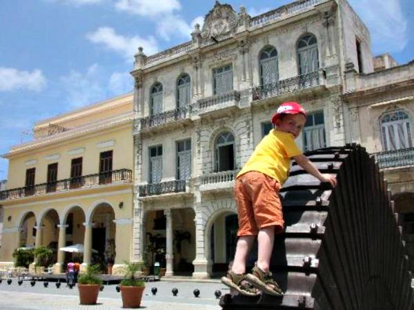 Spelen op een plein in Havana