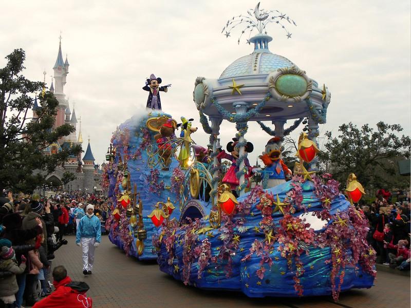 mickey en vriendjes in de parade