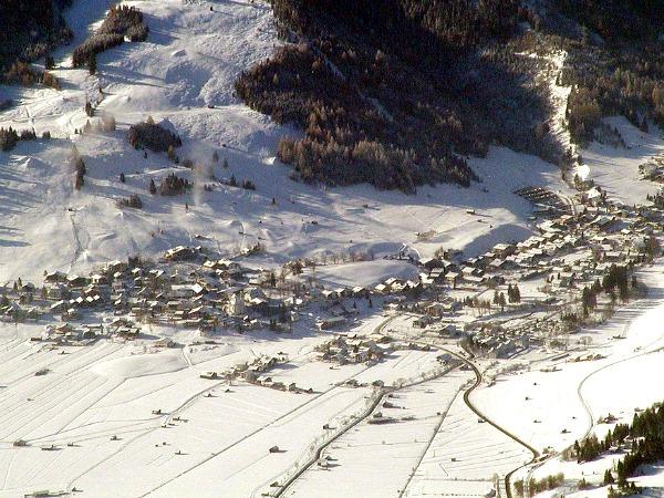Het dorp Lermoos in de sneeuw