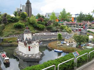 Een trein rijdt door de Lego ministad