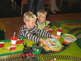 Hier wordt het eten voor de kinderen gebracht door de trein!