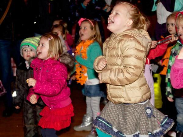 Dansende kinderen tijdens de Dutchweek