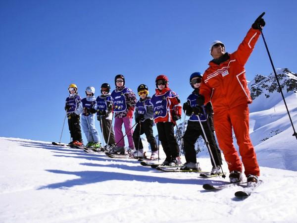Skiklas krijgt uitleg van Nederlandstalige skileraar.