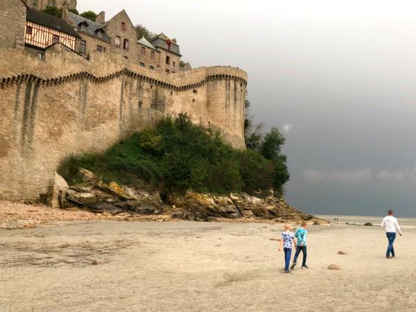 Bij eb kan je rond het eiland Mont Saint-Michel lopen