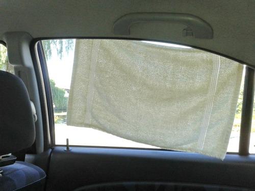 Zeer eenvoudige maar effectieve zonwering in de auto