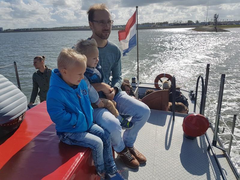 Met de boot varen over het waddengebied