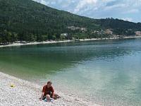 Spelen op een kiezelstrand in Kroatië