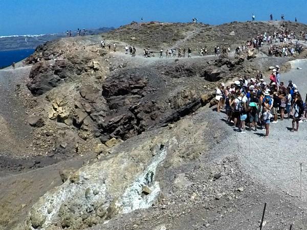 Met z'n allen bij een krater op Nea Kameni