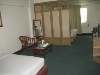 Familiekamer met tweede bed achter tussenschot