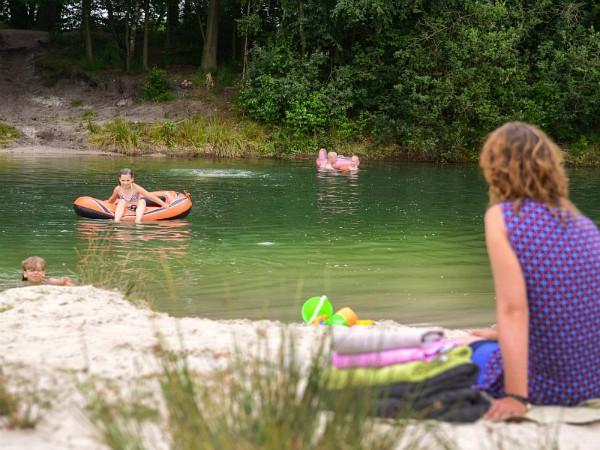 Zwemmen in het bosmeer bij FarmCamps de Bosrand