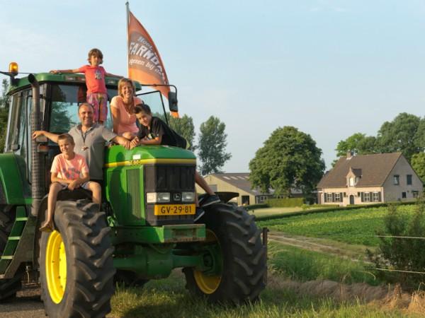 Op de tractor bij een FarmCamps boerderij