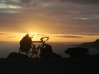 Touring bike bij een prachtige zonsondergang in Ierland