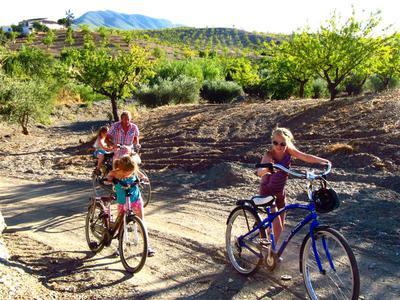 Fietsen tussen de amandelvelden in Andalusie