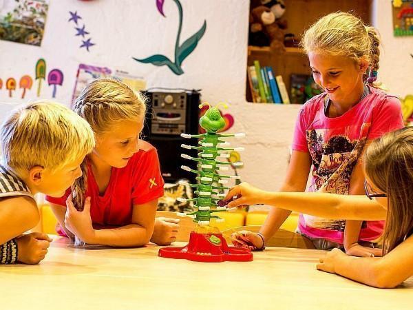 de kinderen spelen een spel bij de opvang