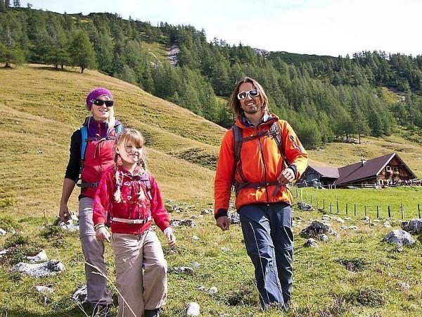 gezin aan de wandel op de alm