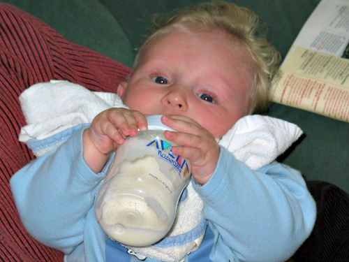 Onze Zeb wilde al snel zijn eigen flesje vasthouden