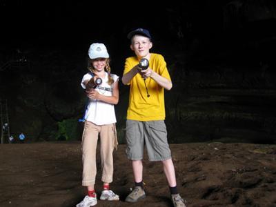 Floortje en  Tim bij de Niah Caves