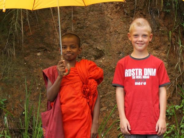 Op de foto met een kleine monnik in Sri Lanka