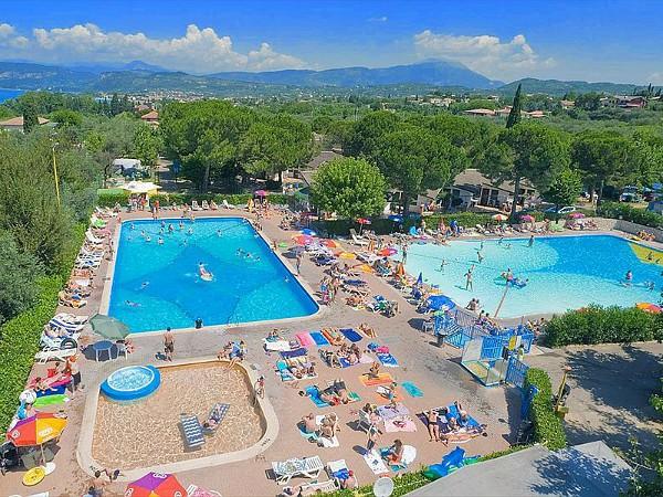 De zwembaden van Camping Cisano en San Vito