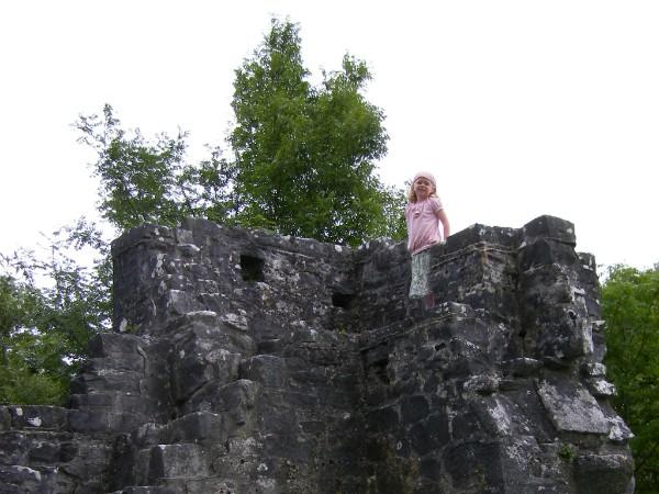 Op één van de vele kasteelruïnes in Ierland