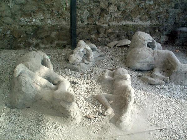 Gipsafdrukken van de slachtoffers van de vulkaanuitbarsting