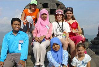 Met vriendjes en locals bij de Borobudur