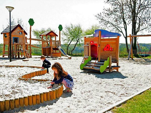 Kinderen spelen met zand in de speeltuin