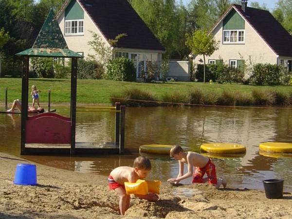 Kinderen spelen met zand en water