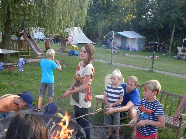 Broodjes roosteren boven het vuur op de camping