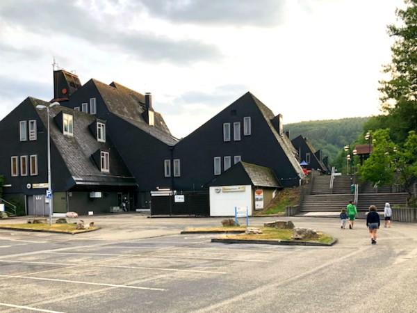 Het hoofdgebouw van Vakantiepark Hambachtal