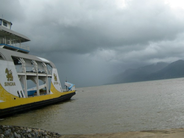Een hoosbui bij de ferry naar Koh Chang. even later schijnt de zon weer