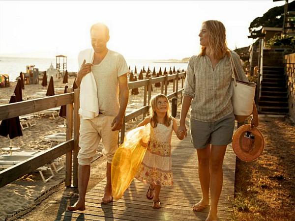 Wandelen langs het strand bij hotel Golfo del Sole