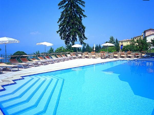 Zwembad met uitzicht bij Hotel Albergo Sole San Zeno