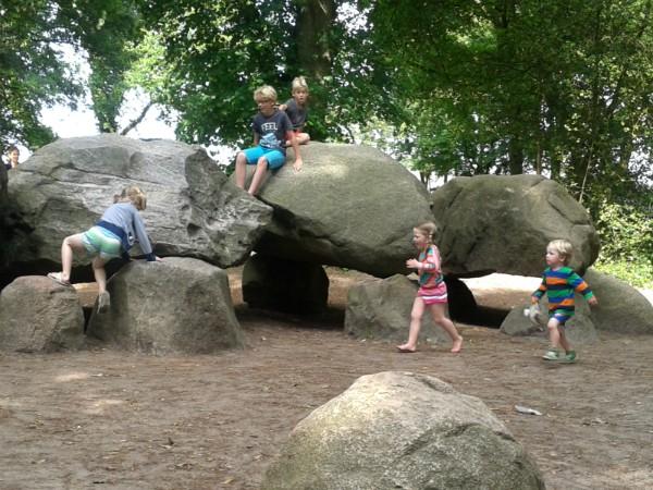 Kinderen klimmen graag op de grote hunebedden
