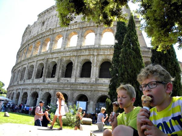 Een ijsje eten bij het Colosseum in Rome
