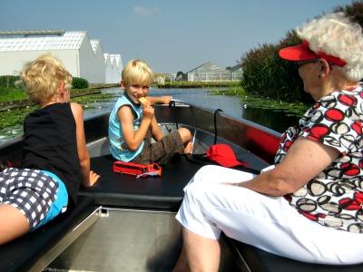 Tochtje met opa en oma in een fluisterbootje