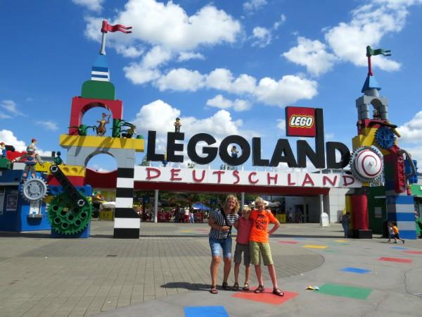 Even poseren bij de ingang van Legoland Duitsland