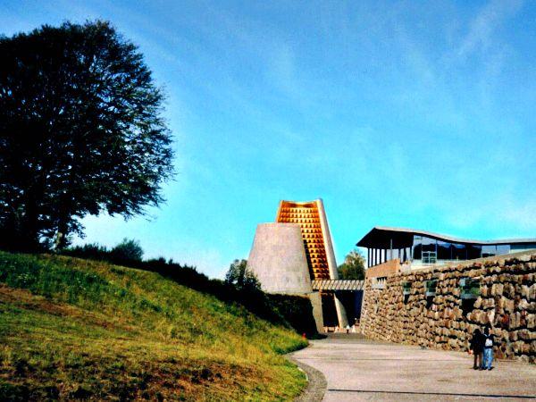 Ingang van themapark Vulcania in de Auvergne